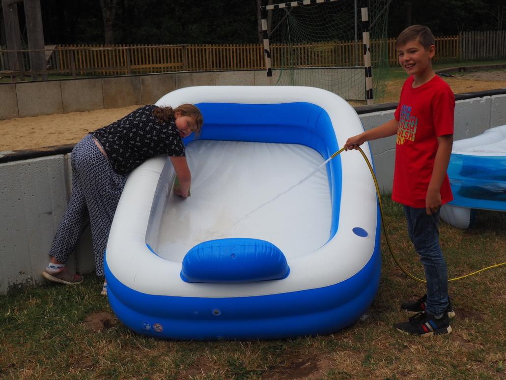 Auch unser Pool wird schon abgebaut