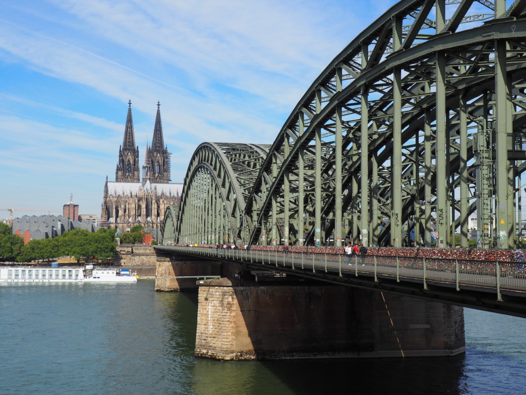 Dom und die Brücke von unten