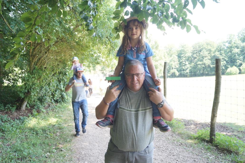 Die Väter mit ihren Töchtern
