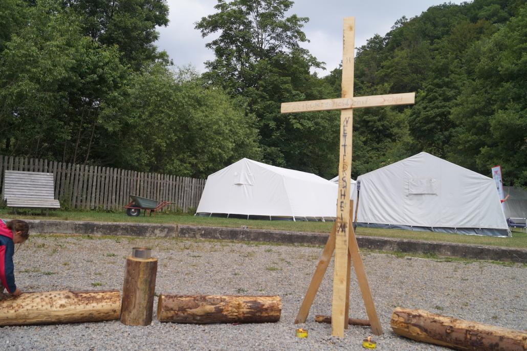 Die Zeltlagerkirche ist eingerichtet.