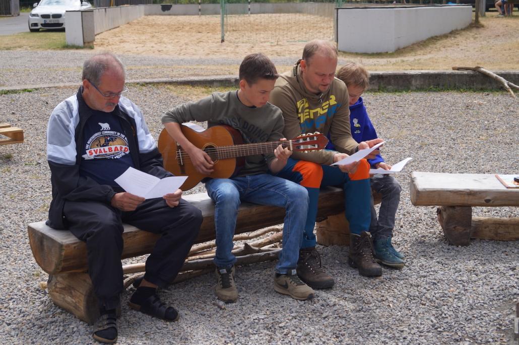 Der Zeltlagergottesdienst wird auch musikalisch begleitet.